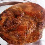 Pernil com cebolas caramelizadas e molho barbecue